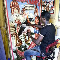 «Fresh Page» Moses Agoe travaille sur son projet d'affiche, Ghana ©Regula Tschumi
