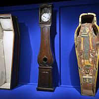 BOITES - Cercueil, morbier et cuve de sarcophage égyptienne.