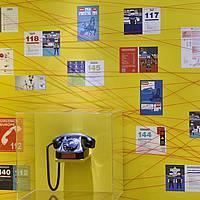 FILS - Téléphone avec affiches pour les numéros d'urgence.