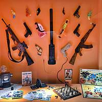 JEUX - Panoplie d'armes factices et jeux de bataille.