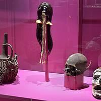 PARURES - Calebasse trophée, Bamum, Cameroun; tête réduite shuar; trophée de chasse à l'homme Marind-Anim de Papouasie-Nouvelle-Guinée et crâne surmodelé de Nouvelle-Irlande.